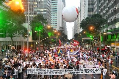 Manifestação de ONGs e movimentos sociais cobra ações concretas dos chefes  de Estado presentes à Rio 80f48a3bdfe